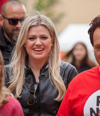 Kelly Clarkson rallies for Red Nose Day at Laurel Hall School