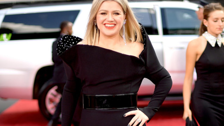 Kelly Clarkson supports Red Nose Day